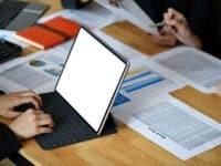 kursus seo terbaik di jakarta, Businesswoman working on tablet computer screen blank with graph